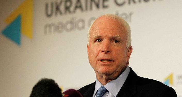 Senador americano John McCain fala durante coletiva de imprensa em Kiev, Ucrânia