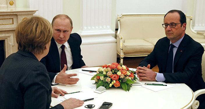 A chanceler alemã, Angela Merkel, o presidente da Rússia, Vladimir Putin, e o presidente da França, François Hollande