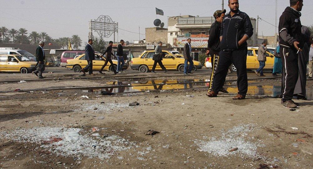Pessoas observam local da explosão de um homem bomba