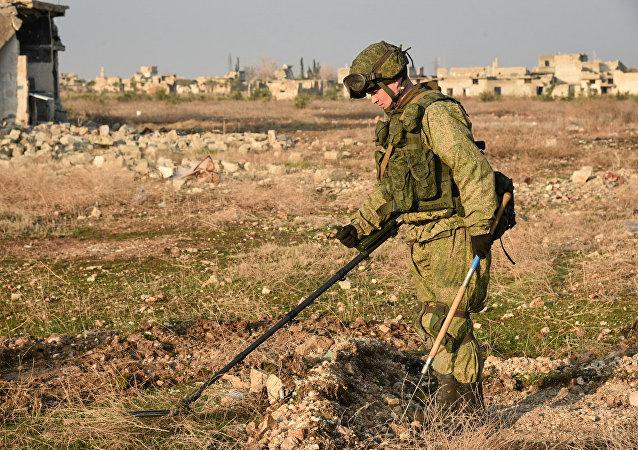 Os engenheiros militares do centro internacional de desminagem do Exército russo continuam a operação de desminagem em Aleppo Oriental, na Síria
