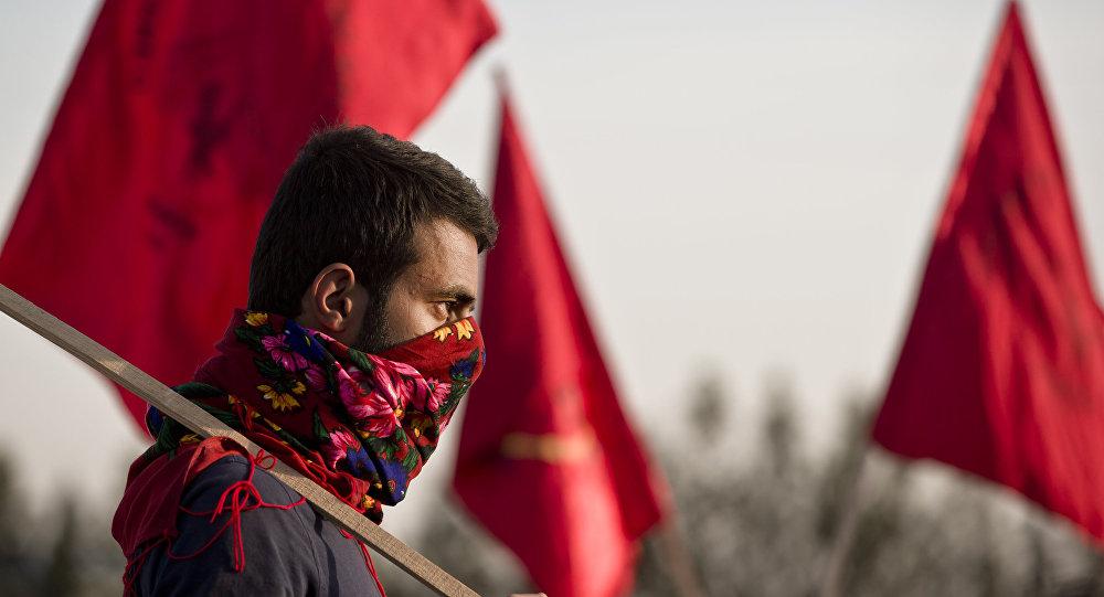 Um curdo durante o funeral de um dos combatentes das Unidades de Proteção Popular