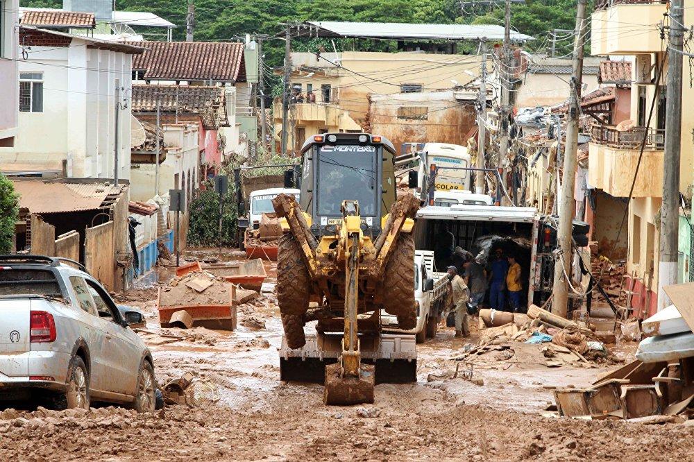 Segundo a Defesa Civil, três pessoas já morreram em decorrência das fortes chuvas desta semana.