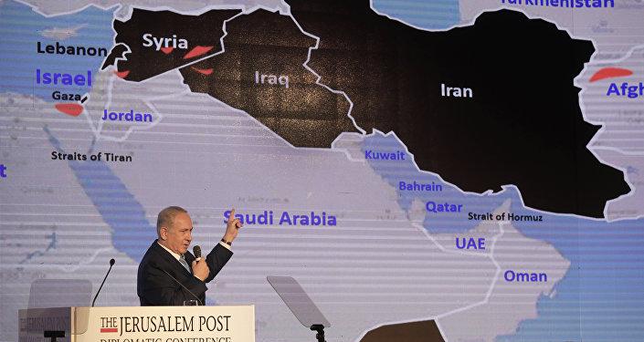 Primeiro-ministro de Israel, Benjamin Netanyahu, discursa durante conferência diplomática com o mapa no fundo, 6 de dezembro de 2017