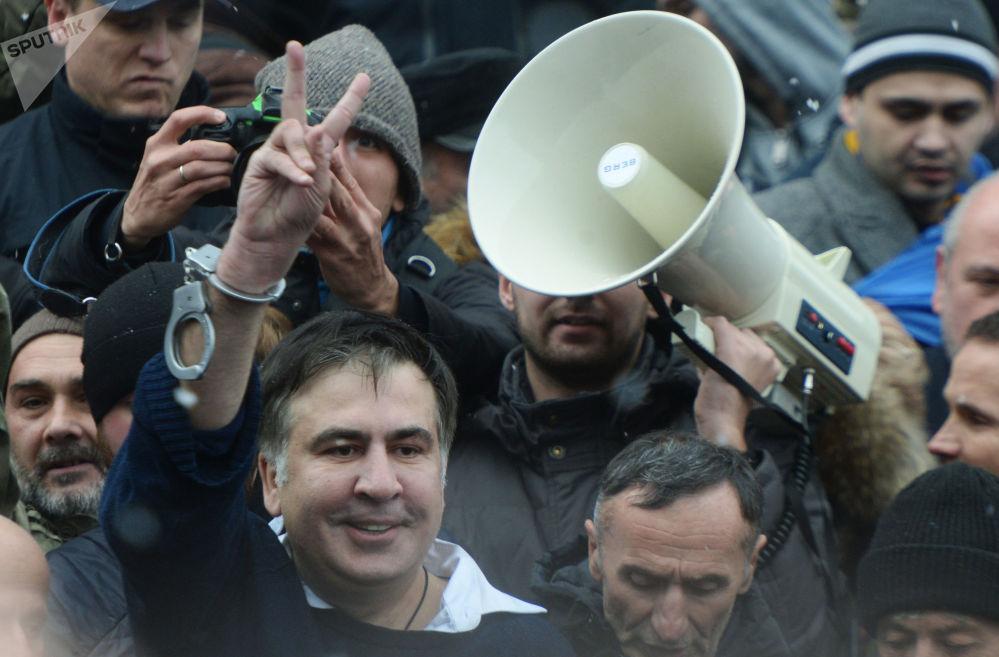 Mikhail Saakashvili, ex-governador de Odessa e ex-presidente georgiano, com seus partidários em Kiev