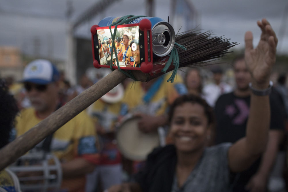Selfie feita com uso de lata e lambaz no Dia Nacional do Samba no Rio de Janeiro