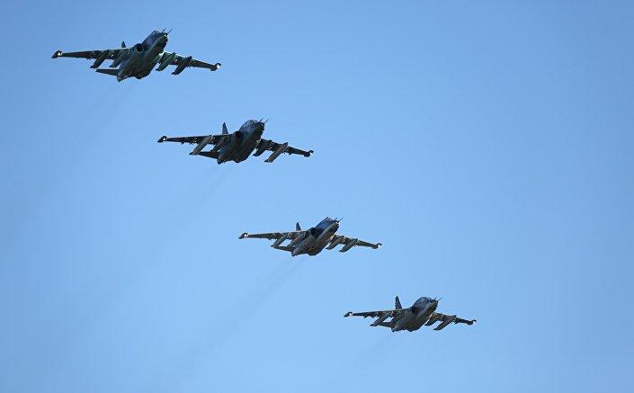 Aviões de assalto russos Su-25 que regressaram para a Rússia da base aérea de Hmeymim na Síria (foto de arquivo)