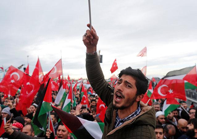 Manifestantes com bandeiras turcas e palestinas protestando contra o reconhecimento de Jerusalém como capital de Israel, em Istanbul, Turquia, 10 de dezembro de 2017