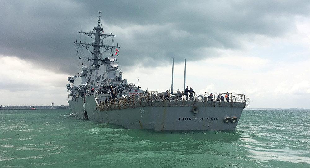 Destróier USS John S. McCain, depois da colisão nas águas de Singapura em 21 de agosto de 2017