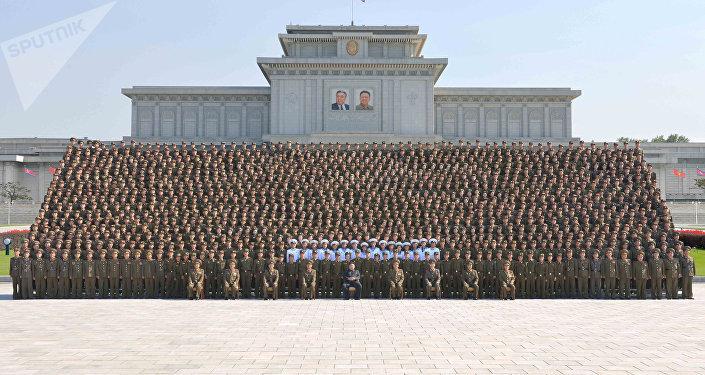 Kim Jong-un, líder da Coreia do Norte, com militares jovens
