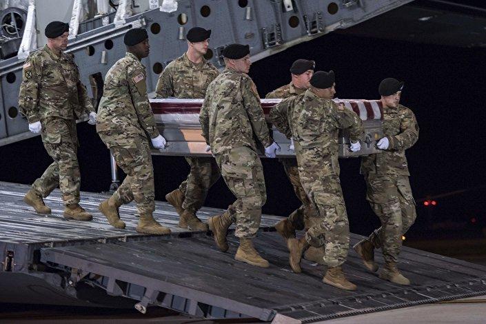 Soldados estadunidenses carregam caixão do sargento morto na Níger