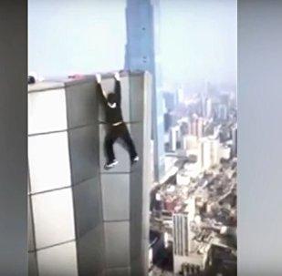 Chinês tenta se balançar no topo de arranha-céus, mas acaba filmando sua própria morte