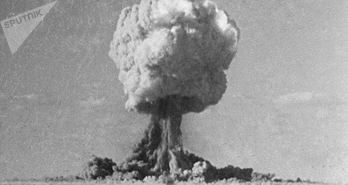 Uma cena de explosão nuclear no filme Século XX