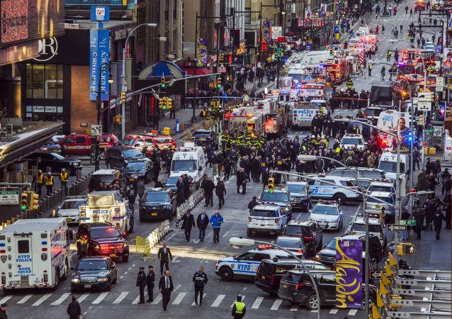 Polícia no local da explosão ocorrida no centro de Nova York em 11 de dezembro