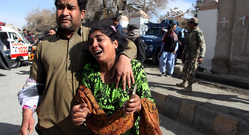 Paroquianos da igreja protestante em Quetta, no Paquistão, saem do edifício após este ter sido atacado por dois homens-bomba, em 17 de dezembro de 2017