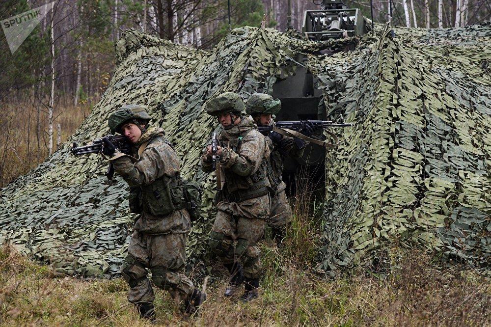 Soldados da divisão de defesa antiaérea de Novossibirsk durante treinamentos de luta contra grupos de diversão inimigos