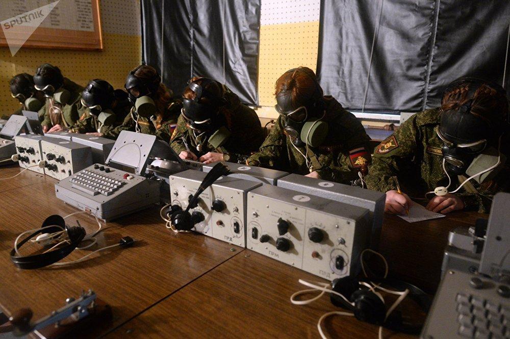 Participantes do concurso nacional profissional Maquiagem debaixo de Camuflagem entre as tropas femininas que decorreu no centro de treinamento da Força Estratégica de Mísseis da Rússia em Pereslavl-Zalessky