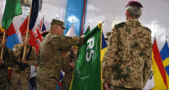 General John Campbell abre a bandeira da missão Resolute Support, da OTAN, em dezembro de 2014, marcando o fim da operação do ISAF.
