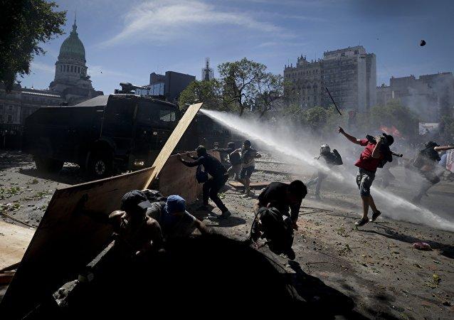 Jornadas de violentas protestas en Argentina ante la propuesta de reforma jubilatoria discutida en el Congreso Nacional, Buenos Aires, 18 de diciembre de 2017