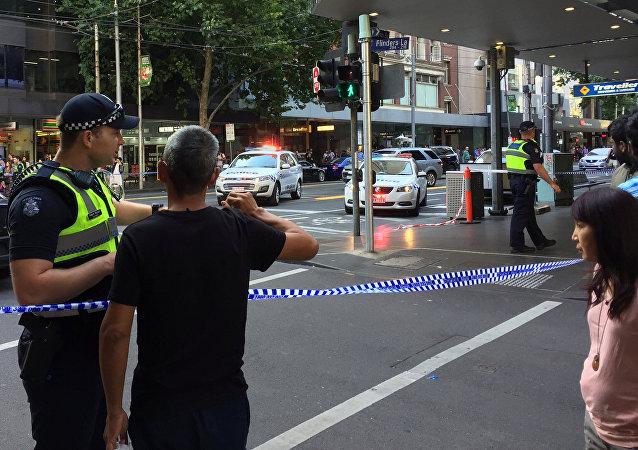Policiais depois da detenção do motorista do veículo que embateu contra um grupo de pedestres perto da estação ferroviária no centro de Melbourne, Austrália