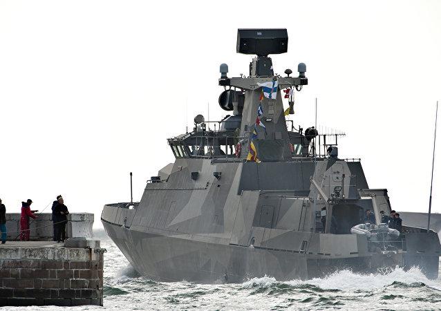Navio de mísseis finlandês da classe Hamina no porto de Jutlândia