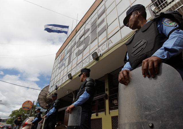 Polícia faz a guarda do Tribunal Superior Eleitoral de Honduras em 30 de novembro.