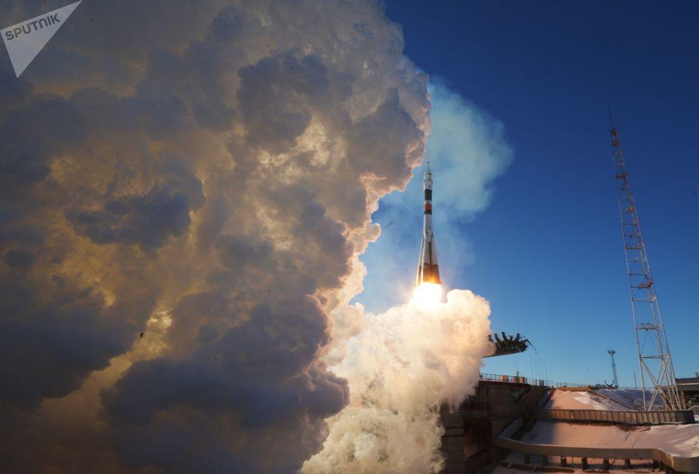 Lançamento do foguete portador Soyuz-FG com a espaçonave tripulada Soyuz MS-07 a partir do cosmódromo de Baikonur