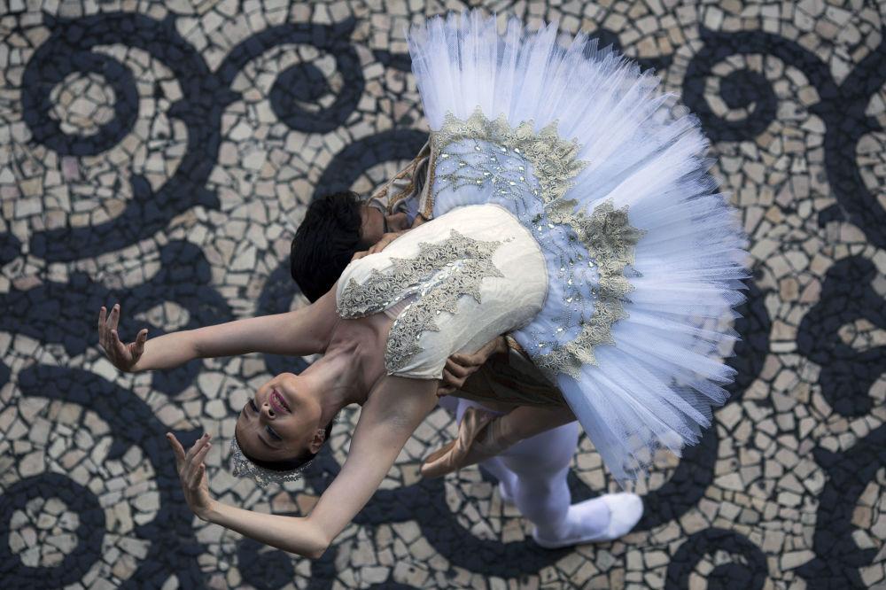 A prima ballerina do Teatro Municipal do Rio de Janeiro, Deborah Ribeiro, dança em frente do edifício durante a manifestação a favor do pagamento de salários e subsídios para os funcionários da esfera de cultura, em 18 de dezembro de 2017