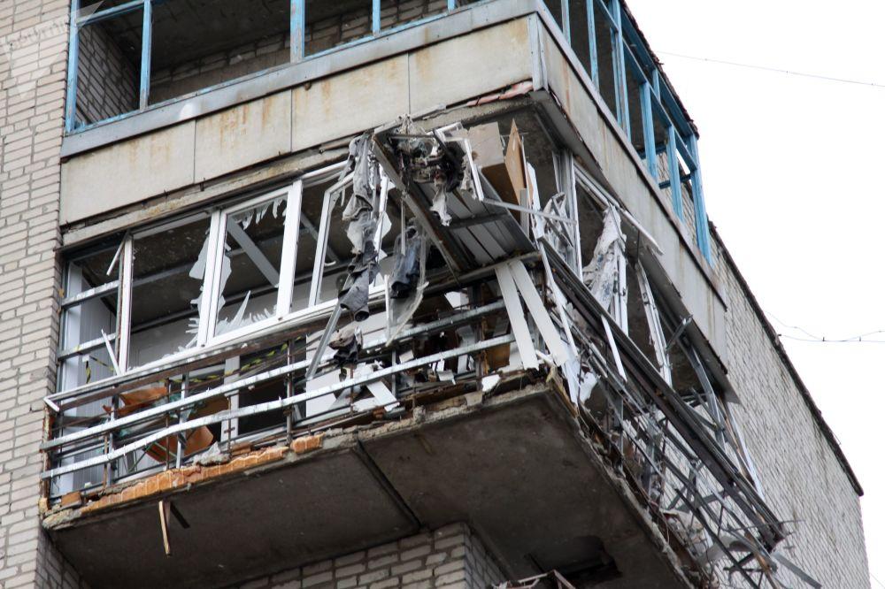 Edifício residencial abalado por um ataque de artilharia no centro da cidade de Yasinovataya, na região de Donetsk