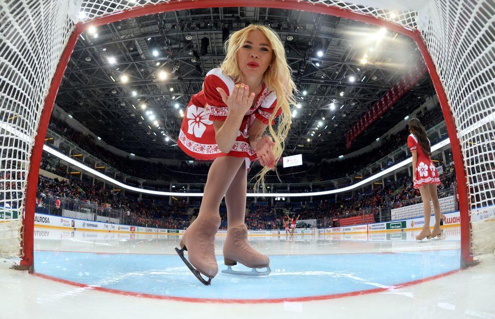 Meninas animadoras de torcida durante um intervalo no jogo entre as seleções russa e canadense no âmbito do torneio de hóquei no gelo organizado pela emissora russa Pervy Kanal