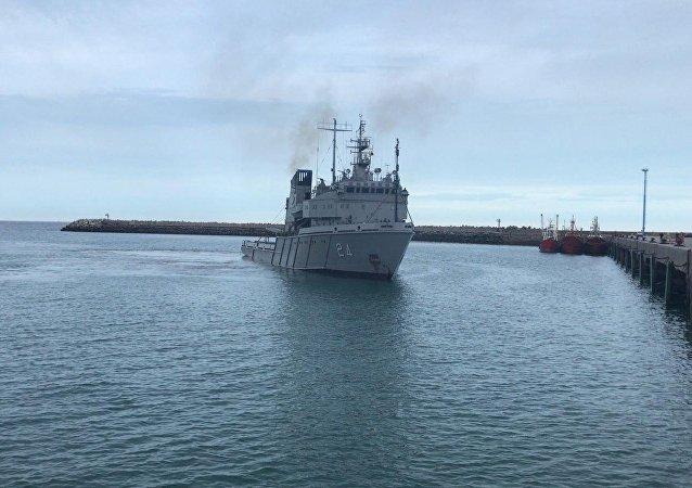 Barco da Marinha argentina que transportará o aparelho russo Pantera Plus para buscar o submarino San Juan