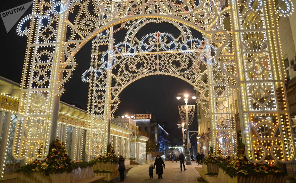 Iluminação natalina, cujo tema nesse ano é a arte teatral, em uma das ruas centrais de Moscou