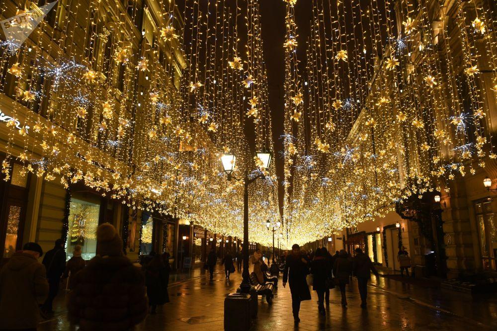 Rua Nikolskaya adornada com redes luminosas, cujo comprimento total atinge 100 km, em Moscou