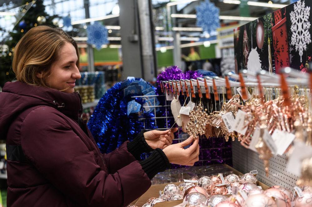 Cliente escolhe decorações natalinas no hipermercado OBI, em Moscou