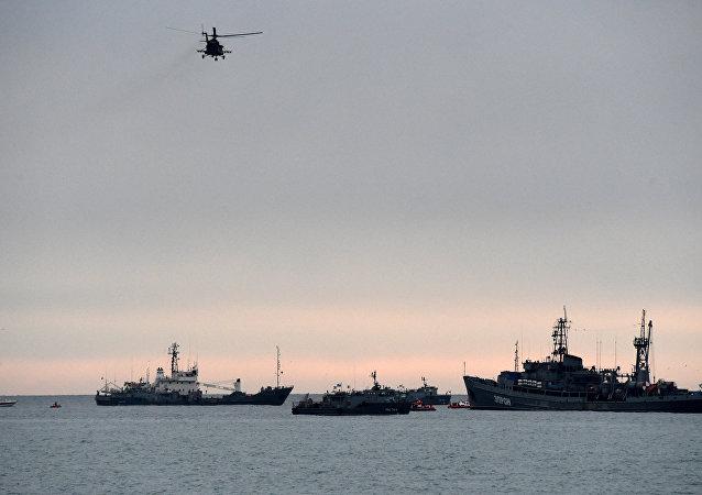 Helicóptero acima dos veículos de resgate dois dias depois do acidente aéreo envolvendo o avião Tu-154, mar Negro