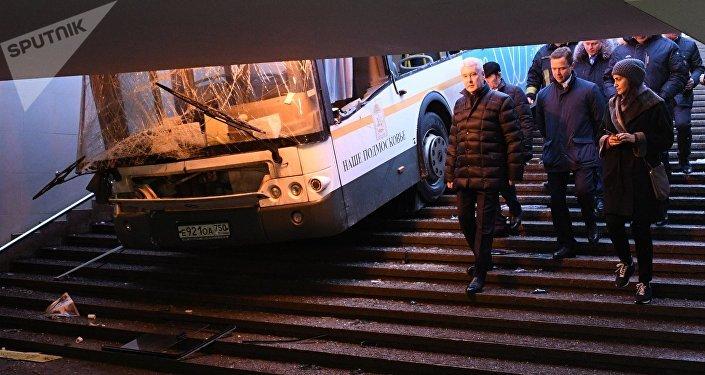 Prefeito de Moscou, Sergei Sobyanin, chegou ao local do acidente, na zona oeste da cidade, onde o ônibus entrou em passagem subterrânea