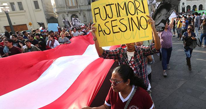 Peruanos foram às ruas para protestar contra o perdão concedido ao ex-presidente Alberto Fujimori