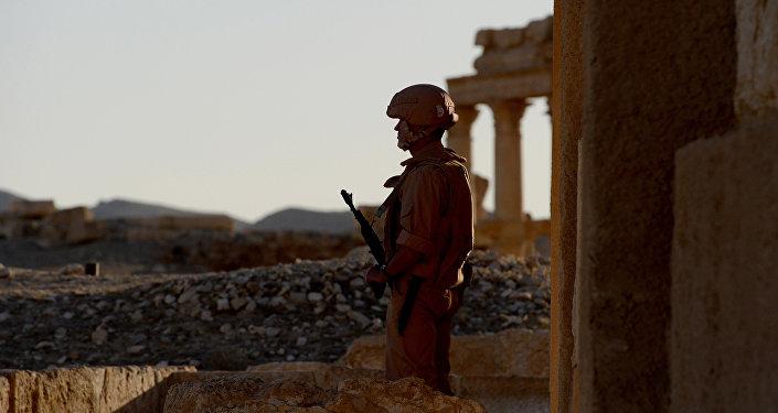 Soldado russo patrulha cidade antiga de Palmira (foto de arquivo)