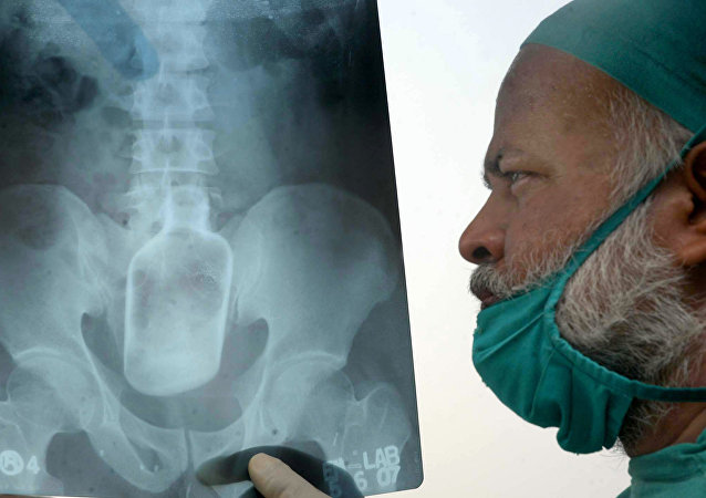 Médico observando raio X