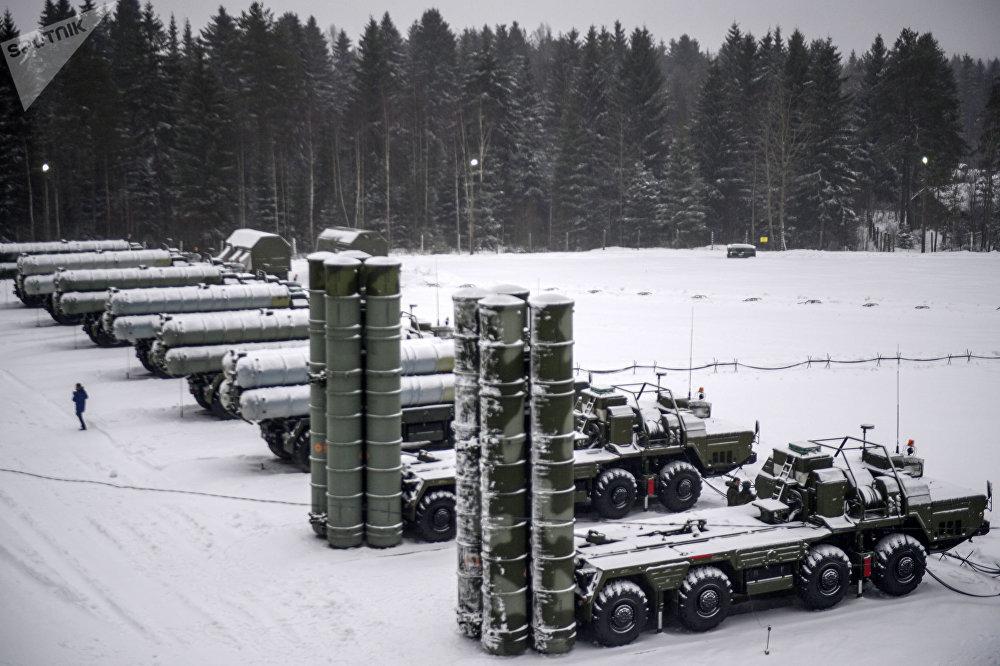 Junto com os sistemas de mísseis Iskander e os sistemas antinavio Bastion, os S-400 constituem a base da estratégia militar russa destinada a proteger suas fronteiras de uma possível agressão por parte da OTAN