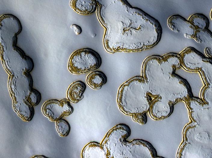 Manta natalina cobre a superfície de Marte, criando desenhos inéditos