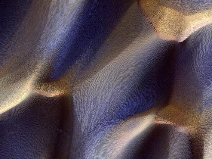 Dunas marcianas cobertas por neve contrastam com covas