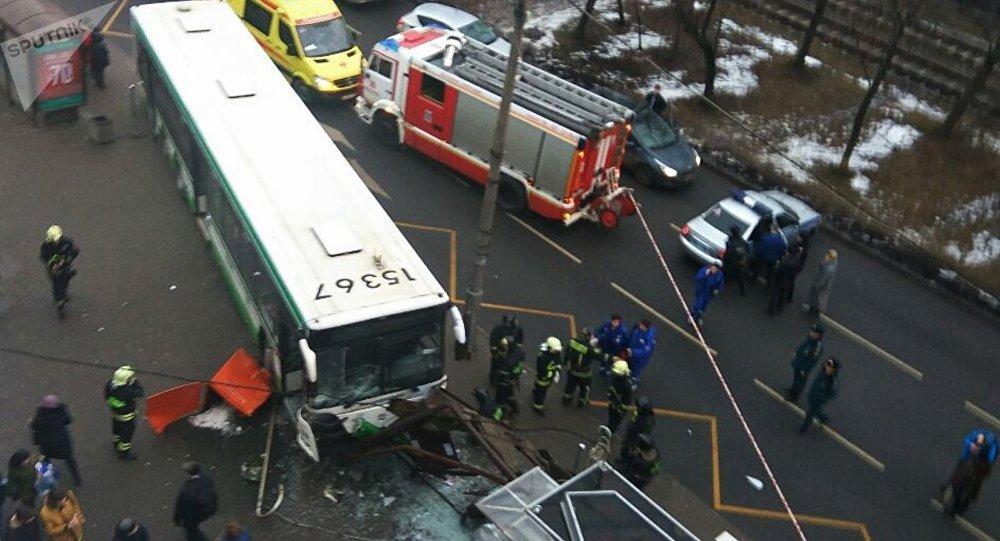Ônibus atropela multidão perto da estação de metro Skhodnenskaya