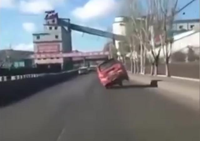 Motorista balança o carro