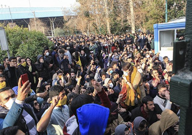 Manifestantes protestam contra o governo na Universidade de Teerã