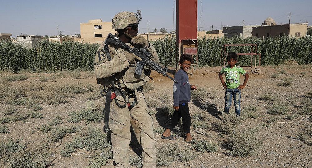 Um soldado dos Estados Unidos próximo à estrada que liga à cidade de Raqqa, na Síria. quarta-feira, 2 de julho de 2017