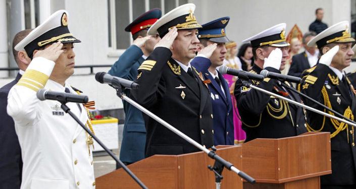 O vice-comandante das forças navais da China vice-almirante Du Jing Chen e vice-chefe da Marinha russa vice-almirante Alexander Fedotenkov durante a cerimônia de abertura dos exercícios sino-russos Cooperação Naval 2015