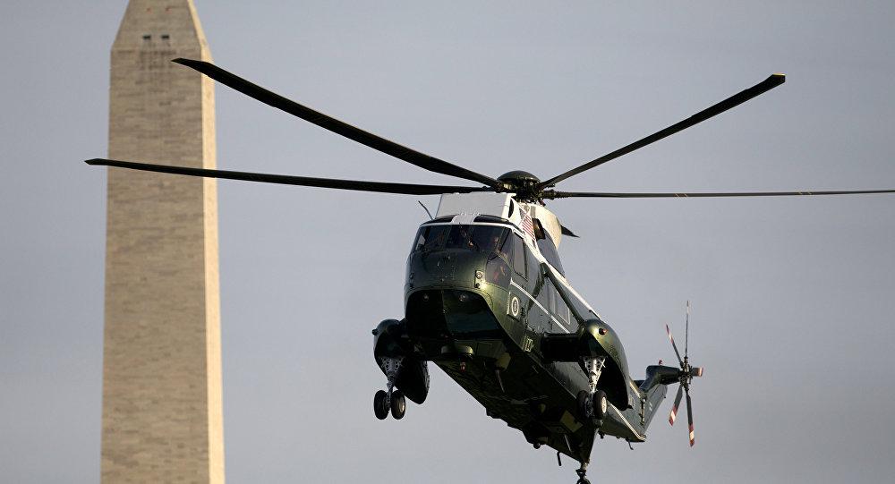Marine One, o helicóptero do presidente dos Estados Unidos, pousando em Washington em 14 de maio de 2015, após encontro com monarcas árabes em Camp David.