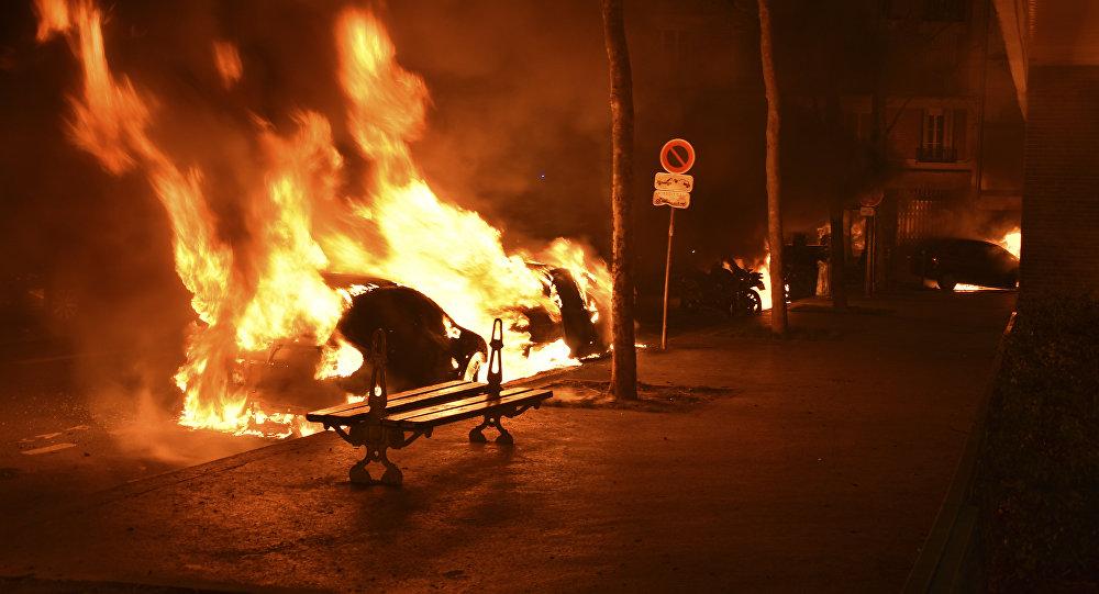 Carros queimados em Paris