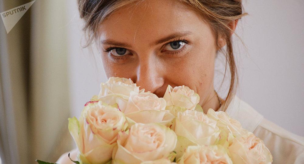 Ex-procuradora-geral da Crimeia, Natalia Poklonskaya, segurando flores
