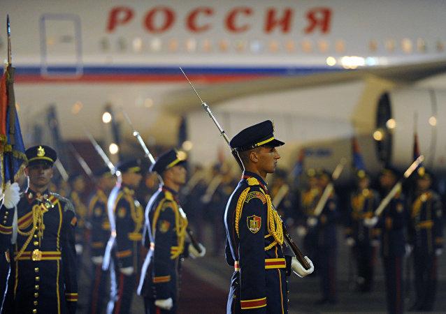 Militares da guarda de honra durante a visita do presidente russo Vladimir Putin ao Cairo (foto de arquivo)